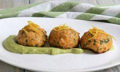 Печени ќофтиња од лосос со сос од авокадо