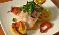 Печена бела риба со компири и домати