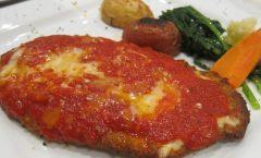 Пилешко во сос од домати и пармезан