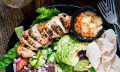 Брзо и вкусно: Медитеранска салата со пилешко